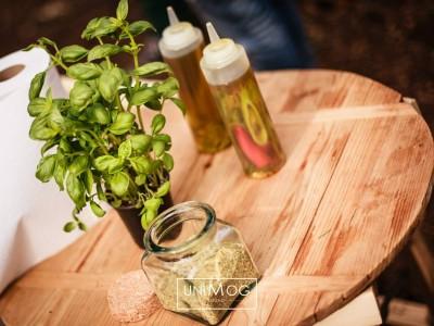 Olijfolie en basilicumplantje